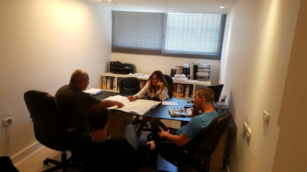 בפגישה משרדית עם אנשי מקצוע